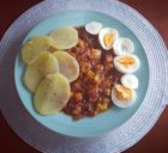Pisto con patatas y huevos duros